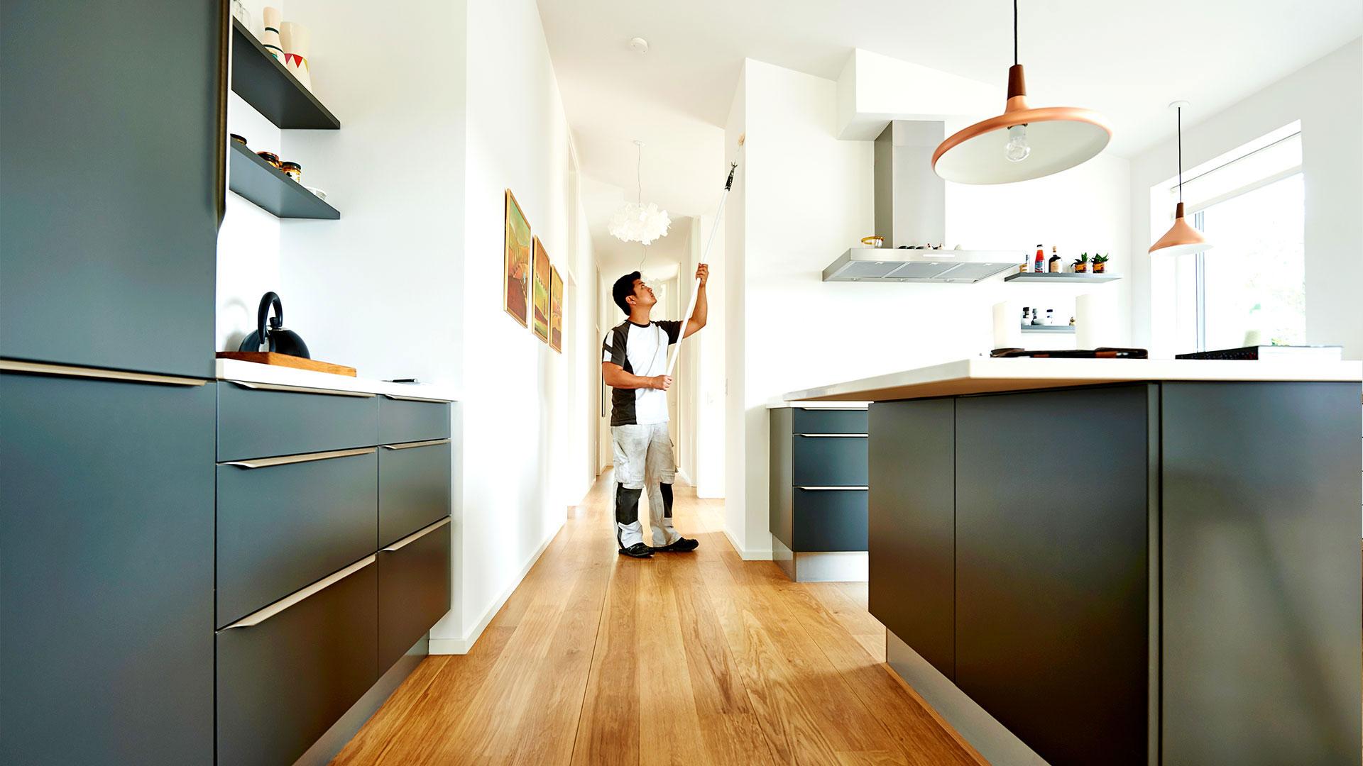 Maler arbejde i køkkenet